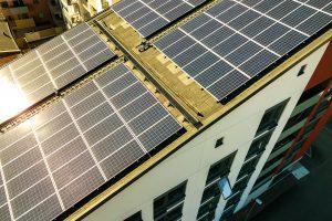 פאנלים סולארים על הגג - אנרגיה ירוקה
