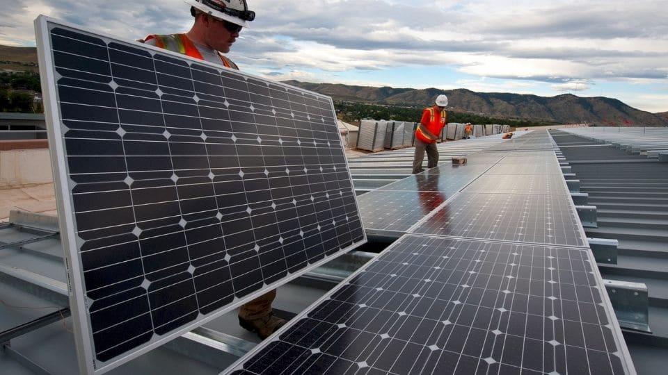 אדם מייצר חשמל באמצעות לוח סולארי