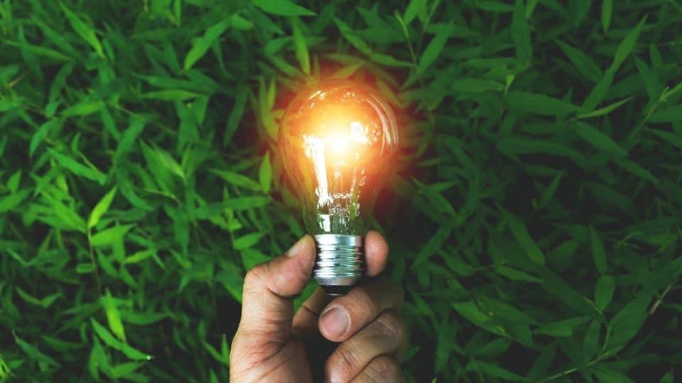 אדם מחזיק מנורה שהדליק באופן עצמאי